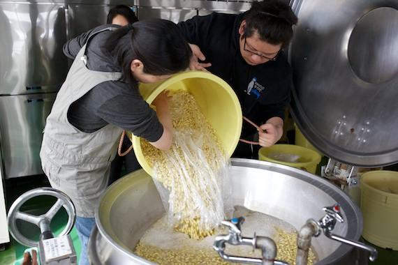 大豆を大釜で煮る
