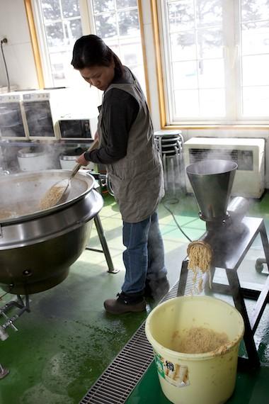煮た大豆をすりつぶす