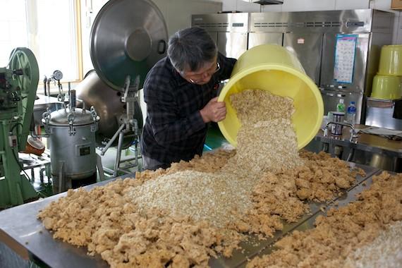 麹と塩を混ぜこむ